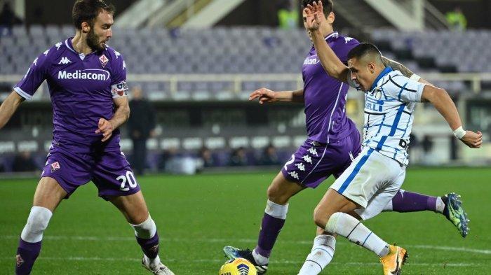 Alexis Sanchez dan German Pezzella di Liga Italia Serie A Italia Fiorentina vs Inter Milan pada 5 Februari 2021 di stadion Artemio-Franchi di Florence.