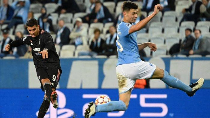 Alvaro Morata vs Anel Ahmedhodzic di Liga Champions Malmo vs Juventus di Malmo, Swedia pada 14 September 2021.