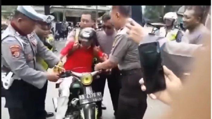 Viral Pemuda Ditilang Polisi Menangis Meronta di Jalan, Tak Rela Motornya Ditahan