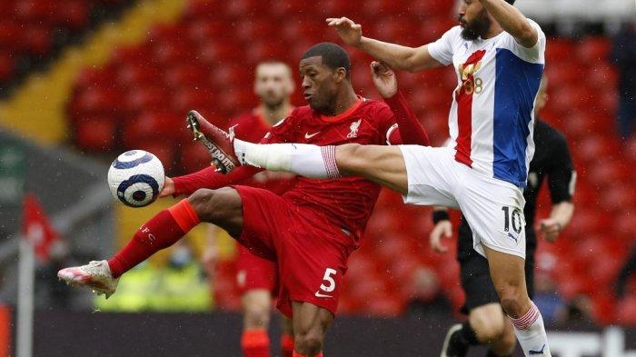 Andros Townsend dan Georginio Wijnaldum di Liga Inggris Liverpool vs Crystal Palace di Anfield di Liverpool, Inggris pada 23 Mei 2021.