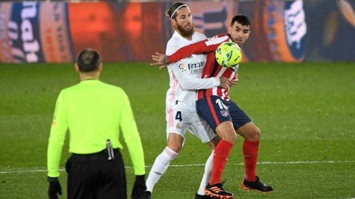 Angel Correa dijaga Sergio Ramos pada liga Spanyol Real Madrid vs Atletico de Madrid di stadion Alfredo di Stefano di Madrid pada 12 Desember 2020.