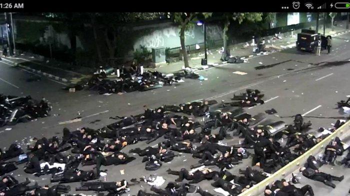 Kisah Anggota Brimob yang Tetap Berpuasa saat Menghadapi Demo 22 Mei