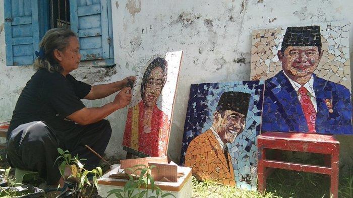 Ansori melakukan penyempurnaan mozaik Presiden RI ke-5 Megawati Soekarnoputri saat ditemui Tribun Jogja di rumahnya di bilangan Kelurahan Klaten, Kecamatan Klaten Tengah, Kabupaten Klaten, Jawa Tengah, Kamis (25/3/2021).