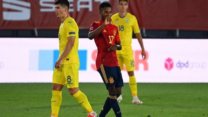 Penyerang Spanyol Ansu Fati (kiri) melakukan selebrasi setelah mencetak gol ketiga timnya dalam pertandingan sepak bola grup 4 Liga Bangsa-Bangsa UEFA antara Spanyol dan Ukraina di Stadion Alfredo Di Stefano di Madrid pada 6 September 2020.