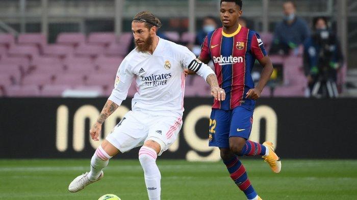 Gelandang Spanyol Barcelona Ansu Fati (kanan) menantang bek Spanyol Real Madrid Sergio Ramos selama pertandingan sepak bola Liga Spanyol antara Barcelona dan Real Madrid di stadion Camp Nou di Barcelona pada 24 Oktober 2020.