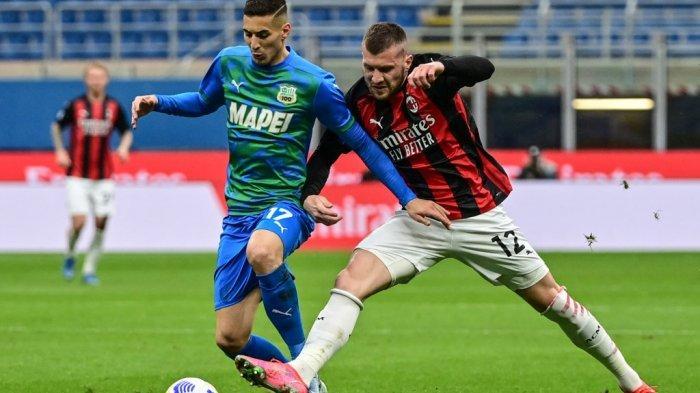 Ante Rebic dan Mert Muldur di Liga Italia Serie A AC Milan vs Sassuolo 21 April 2021 di stadion San Siro di Milan.