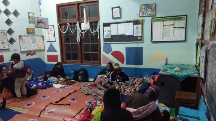 Antisipasi Bahaya Erupsi Gunung Merapi, Warga Purwobinangun Mengungsi di SD Sanjaya Tritis
