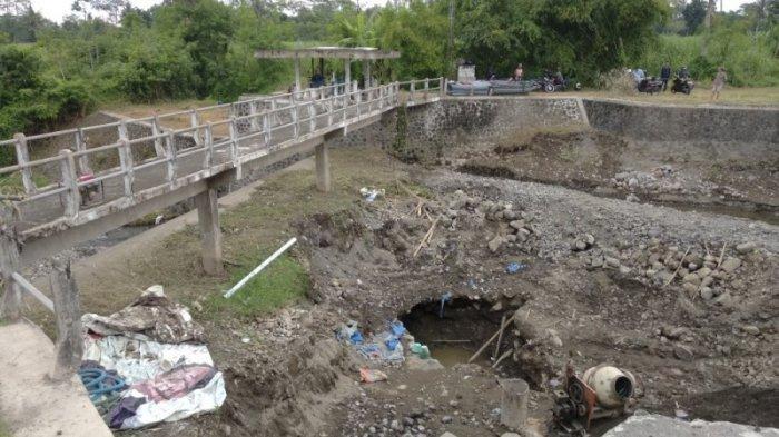 Proses perbaikan lubang yang jebol di Kali Kuning, Sambirejo, Sleman, Selasa (12/02/2019).