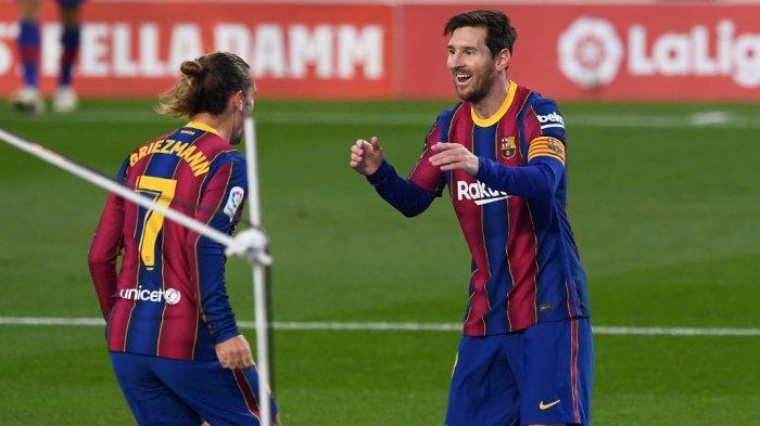 Gelandang Prancis Barcelona Antoine Griezmann merayakan golnya bersama penyerang Argentina Barcelona Lionel Messi selama pertandingan sepak bola Liga Spanyol antara Barcelona dan Real Betis di stadion Camp Nou di Barcelona pada 7 November 2020.