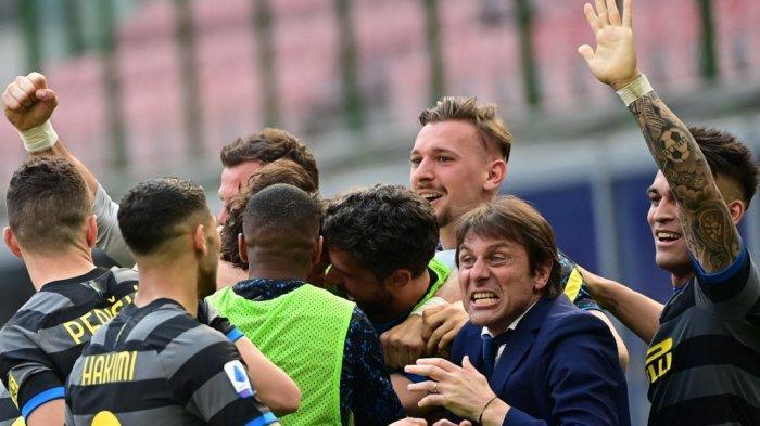 Antonio Conte, Lautaro Martinez dan rekan setimnya di Liga Italia Serie A Inter Milan vs Hellas Verona pada 25 April 2021 di stadion San Siro di Milan.