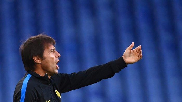 Pelatih Inter Milan Italia Antonio Conte memberi isyarat saat pertandingan sepak bola Serie A Italia Genoa vs Inter Milan di Stadion Luigi-Ferraris di Genoa, pada 24 Oktober 2020.