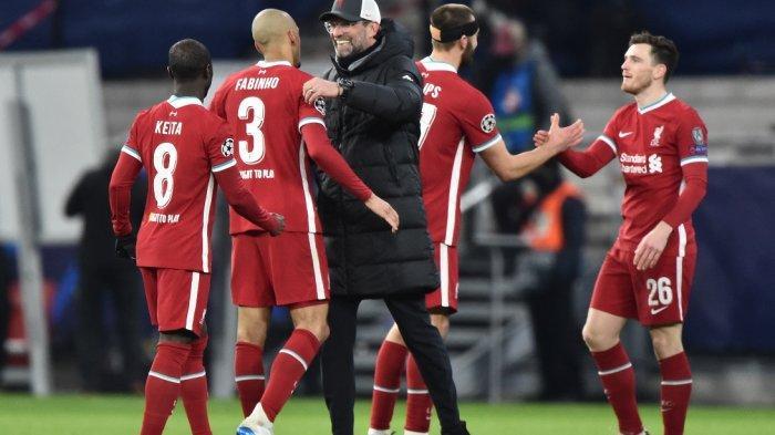 Jurgen Klopp menyalami pemainnya setelah pertandingan Liverpool vs RB Leipzig, Kamis (11/3/2021).