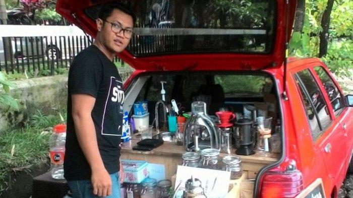 Kreatif Seusai Kena PHK, Ubah Mobil 90an Jadi Lapak Kafe Keliling