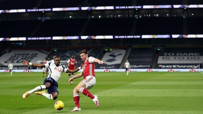 Bek asal Pantai Gading Tottenham Hotspur Serge Aurier (kiri) dan bek Arsenal asal Skotlandia Kieran Tierney bersaing memperebutkan bola selama pertandingan sepak bola Liga Utama Inggris antara Tottenham Hotspur dan Arsenal di Stadion Tottenham Hotspur di London, pada 6 Desember 2020.