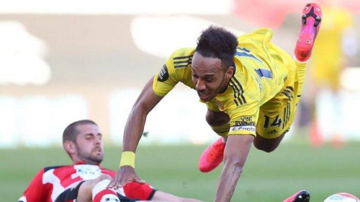 Pemain Southampton Jack Stephens melanggar penyerang Arsenal Pierre-Emerick Aubameyang saat kedua tim bertemu pada Juni 2020