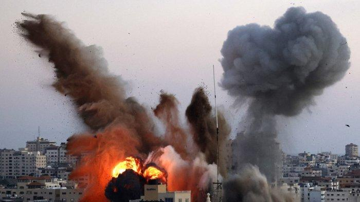 Asap mengepul setelah serangan udara Israel di Kota Gaza menargetkan kompleks Ansar, terkait dengan gerakan Hamas, di Jalur Gaza pada 14 Mei 2021. Israel menggempur Gaza dan mengerahkan pasukan tambahan ke perbatasan ketika Palestina menembakkan rentetan roket ke belakang, dengan jumlah korban tewas di daerah kantong pada hari keempat konflik meningkat menjadi lebih dari 100.