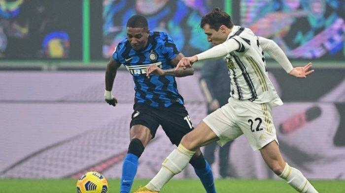 Ashley Young dan Federico Chiesa di Serie A Italia Inter vs Juventus pada 17 Januari 2021 di stadion San Siro di Milan.