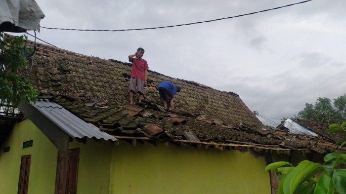 Hujan Disertai Angin Kencang di Kabupaten Magelang, Atap Rumah Warga Berhamburan