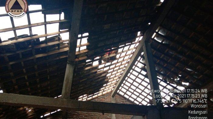 Atap rumah warga berhamburan terdampak hujan disertai angin kencang, Rabu (17/3/2021)