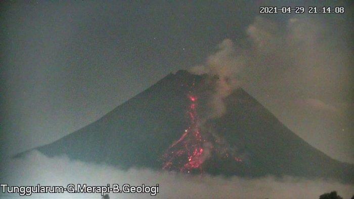 BREAKING NEWS: Gunung Merapi Luncurkan Awan Panas Guguran 2 Kilometer Malam Ini
