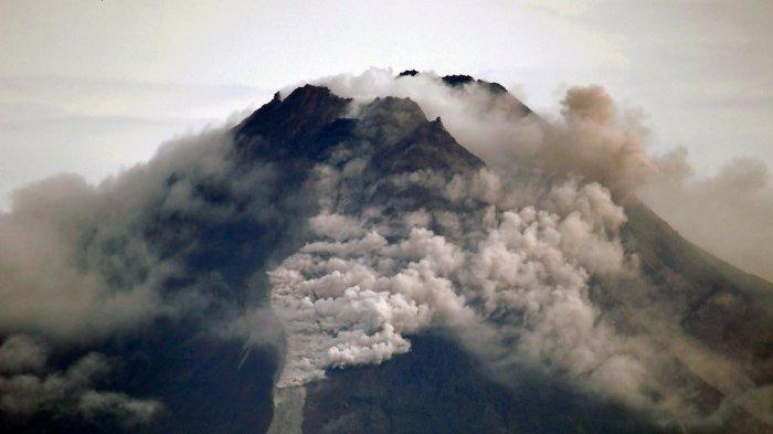 AWAN PANAS - Rentetan guguran lava dan luncuran awan panas Gunung Merapi terjadi sepanjang Rabu (27/1/2021) sejak dini hari hingga sekitar pukul 08.30 saat foto-foto ini dibuat. Arah angin dari barat  menyebabkan abu dari awan panas tertiup ke timur. Sebaran abu dilaporkan sampai di Deles, Klaten, Jateng. Rekaman peristiwa erupsi Merapi diabadikan Rabu pagi dari  persawahan Dusun Trini, Trihanggo, Gamping, Sleman, berjarak sekitar 32 kilometer dari gunung berapi itu.