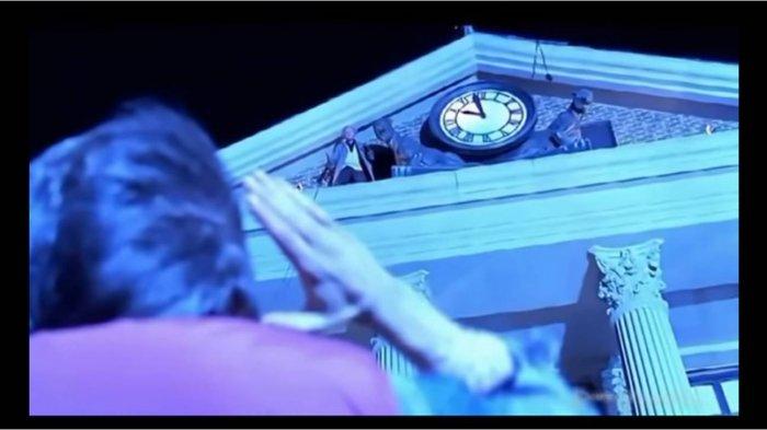 Salah satu adegan dalam film Back to the Future yang memperlihatkan sejumlah tanda serangan terhadap gedung kembar WTC
