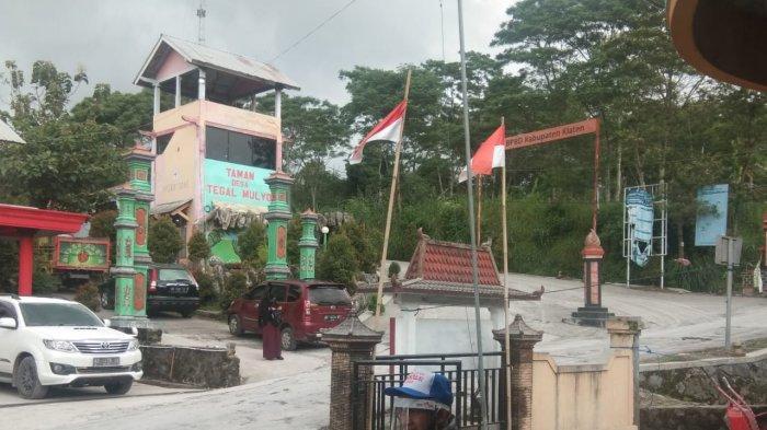 Suasana Depan Balai Desa Tegalmulyo, Kecamatan Kemalang, Kabupaten Klaten saat diguyur hujan abu, Rabu (27/1/2020) siang.