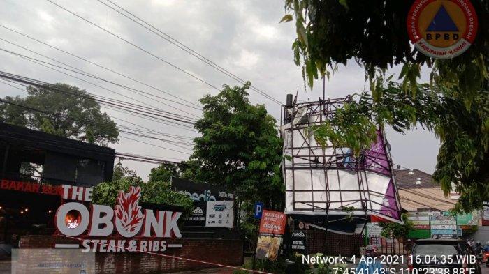 Baliho di Jalan Gejayan Roboh diterpa hujan disertai angin kencang, Minggu (4/4/2021)