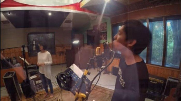 Lirik Lagu Biru feat. Layur Banda Neira, Biru Tuk segala yang jauh Biru Tuk semua yang dulu