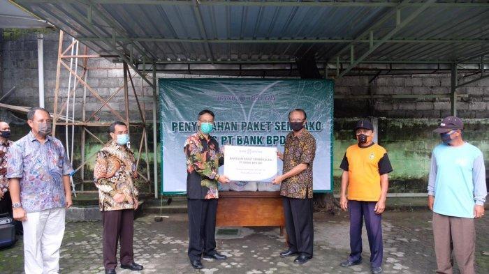 Bank BPD DIY Berikan Bantuan Paket Sembako untuk Tenaga Kebersihan dan Penyapu Jalan