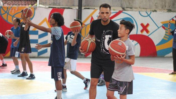 Bank BPD DIY Bima Perkasa Berbagi Trik Pemain NBA di Go The Extra Mile untuk Para Pebasket Muda