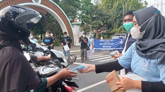Bantu Masyarakat Terdampak Pandemi, DPD BM PAN Kulon Progo Bagi-bagi Takjil