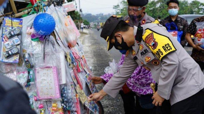 Tak Hanya Bagikan Sembako, Polresta Magelang Juga Ikut 'Ngelarisi' Pedagang Keliling