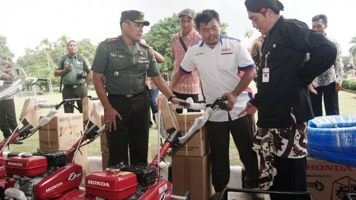 Bupati Serahkan Bantuan Mesin Pertanian dan Asuransi Tani kepada Petani di Magelang