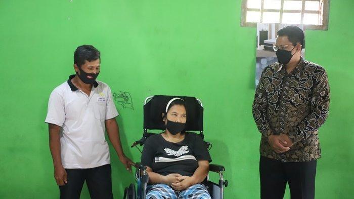 Pemkab Sleman Berikan Bantuan Kursi Roda pada Warga Kalasan yang Mengalami Stroke