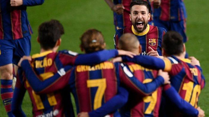 Pemain Barcelona merayakan gol ketiga mereka yang dicetak oleh  Martin Braithwaitepada pertandingan sepak bola leg kedua semifinal Copa del Rey (Piala Raja) Spanyol antara FC Barcelona dan Sevilla FC di stadion Camp Nou di Barcelona Kamis 4 Maret 2021.
