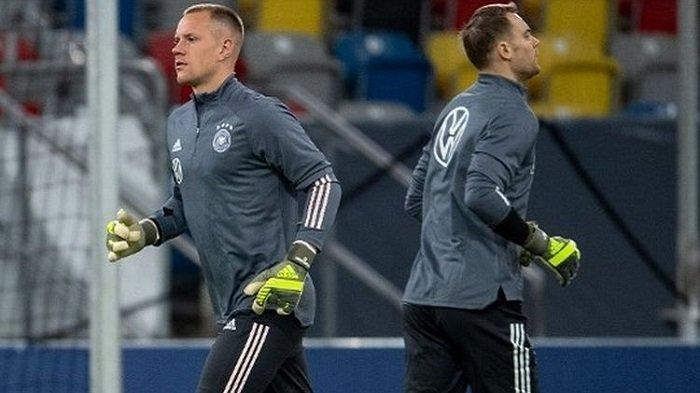 Ter Stegen (kiri) dan Manuel Neuer (kanan) saat menjalani sesi latihan bersama timnas Jerman menjelang laga kontra Belarus, Minggu (17/11/2019)