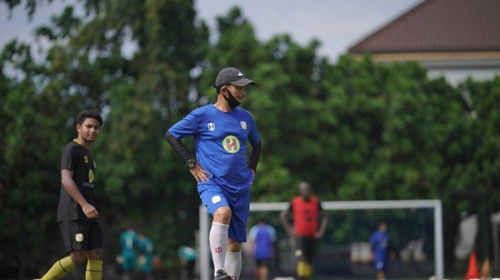 Pelatih Barito Putera, Djajang Nurdjaman saat memimpin sesi latihan tim di Lapangan UNY, beberapa waktu lalu.
