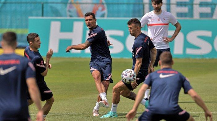 Bek Kroasia Dejan Lovren dan Ivan Perisic dalam sesi latihan di Stadion NK Rovinj di Rovinj pada 10 Juni 2021, menjelang kompetisi sepak bola UEFA EURO 2020.