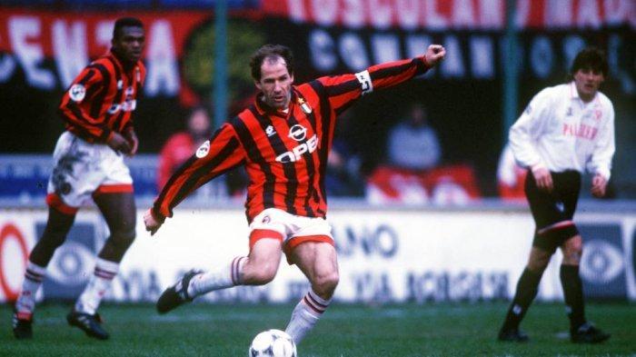 Bek tengah Franco Baresi saat masih bermain bagi AC Milan