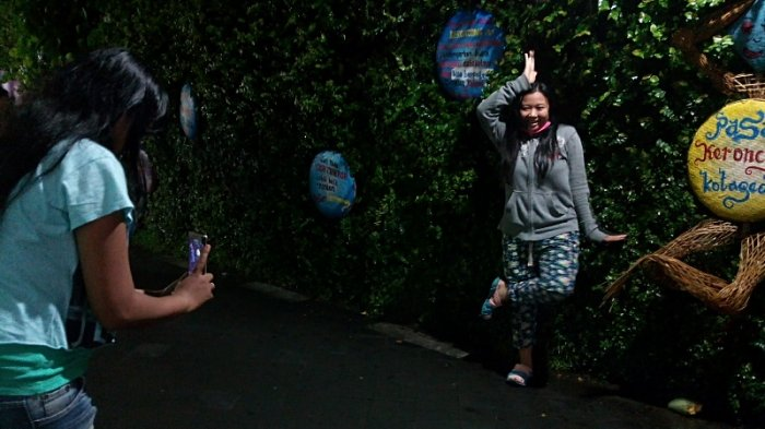 Delfi Enggan Lewatkan Berfoto Selfie di Venue Pasar Keroncong Kotagede