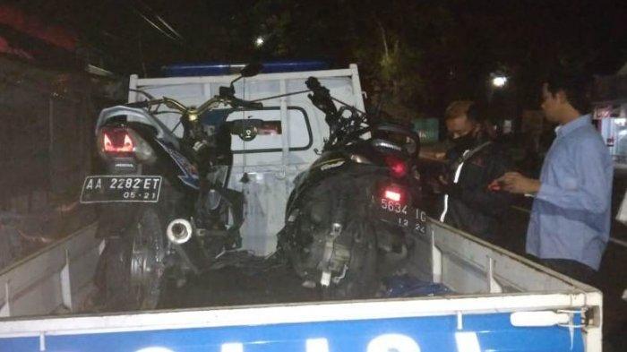 Dua kendaraan yang terlibat kecelakaan muat di Jalan Raya Purworejo-Magelang dibawa polisi untuk penyelidikan, Kamis (25/2/2021) malam.