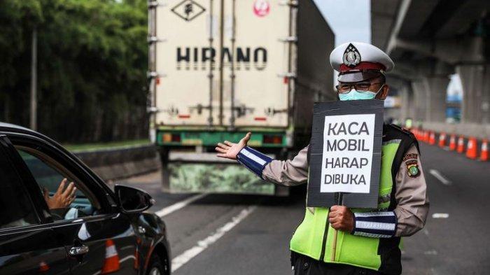 Polisi melakukan himbauan kepada penumpang yang melewati jalan tol Jakarta-Cikampek di Kabupaten Bekasi, Jawa Barat, Jumat (24/4/2020). Larangan mudik mulai diberlakukan 24 April 2020 pukul 00.00 WIB. Polda Metro Jaya melarang kendaraan pribadi baik motor atau mobil dan kendaraan umum berpenumpang keluar dari wilayah Jabodetabek. Pemeriksaan dan penyekatan kendaraan tersebut akan dilakukan di 18 titik pos pengamanan terpadu dan pos-pos check point di jalur tikus dan perbatasan.