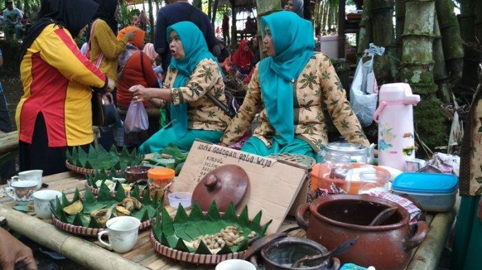 Para pedagang melayani para pembeli di Pasar Tradisi Lembah Merapi di puncak bukit Gunung Gono, Desa Banyubiru, Kecamatan Dukun, Kabupaten Magelang, Minggu (27/1/2019)