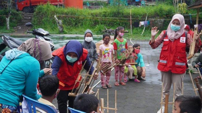 Usir Rasa Jenuh, Pengungsi Gunung Merapi di Klaten Diajak Bermain Angklung