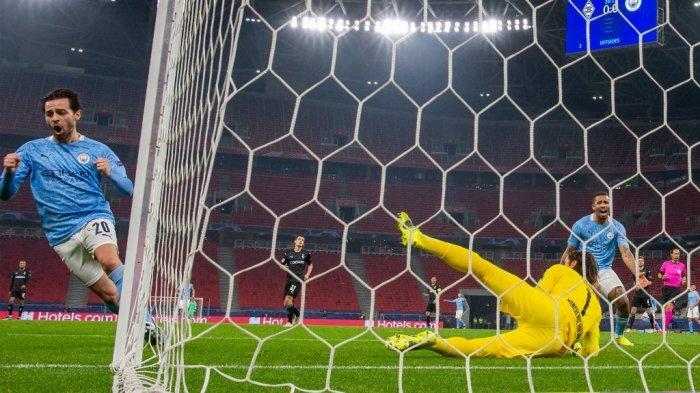 Bernardo Silva mencetak gol melawan kiper Yann Sommer di leg pertama babak 16 besar Liga Champions Borussia Moenchengladbach vs Manchester City di Puskas Arena di Budapest pada 24 Februari , 2021.