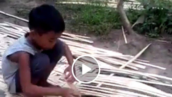 Kecil-kecil Pekerja Keras, Bocah Ini Sangat Terampil Menganyam Bambu