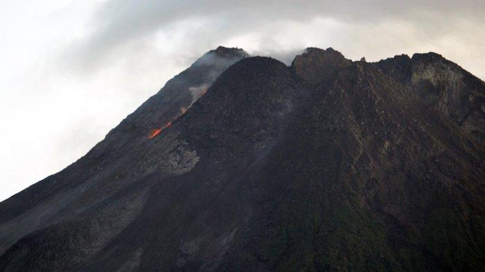 Bongkah-bongkah lava berguguran dalam intensitas cukup tinggi di puncak hingga lereng Gunung Merapi, Sabtu (17/4/2021).
