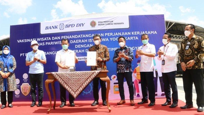 Dok Humas BPD DIY  Penandatanganan kerja sama Dispar DIY dengan Bank BPD DIY saat program vaksinasi di SKE.