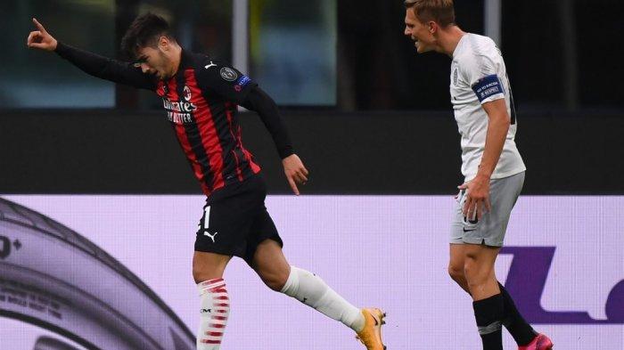 Gelandang AC Milan asal Maroko Brahim Diaz (kiri) melakukan selebrasi setelah mencetak gol dalam pertandingan sepak bola Grup H Liga Eropa UEFA antara AC Milan dan Sparta Praha di Stadion San Siro di Milan pada 29 Oktober 2020.